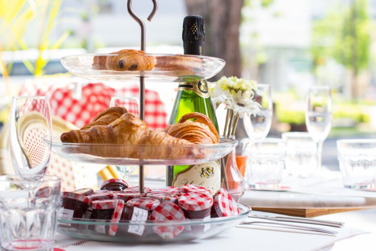 luxe ontbijtmand met champagne en gerookte zalm